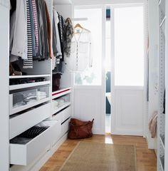 Blick auf den gesamten Ankleidebereich mit PAX Kleiderschränken in Weiß