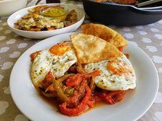 huevos rancheros Huevos Rancheros, Guacamole, Relleno, Thai Red Curry, Tacos, Eggs, Breakfast, Ethnic Recipes, Egg As Food