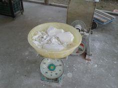 De rijst wordt gepeld en vervolgens gemalen tot dat een witte poeder wordt.