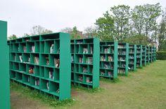 Hi ha llibres... en una vinya. /  Bookyard és una biblioteca a l'aire lliure, creada per l'artista italià Massimo Bartolini a Gante, Bélgica.