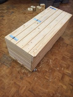 Upcycling: i pallet diventano una cassapanca Diy Storage Bench Seat, Outdoor Toy Storage, Toy Storage Boxes, Wooden Pallet Furniture, Wooden Pallets, Diy Furniture, Wooden Projects, Pallet Ideas, Woodworking Projects