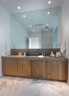 Mooi die grote spiegel, de houten kastjes en het natuurstenen blad. Badkamer, dubbele wasbak, landelijk, modern.