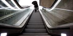 Un homme n'a toujours pas compris comment fonctionne les escalators - http://boulevard69.com/un-homme-na-toujours-pas-compris-comment-fonctionne-les-escalators/?Boulevard69