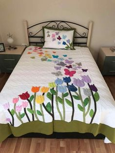17 Ideas For Applique Quilting Patterns Patchwork Quilt Baby, Patchwork Quilting, Applique Quilts, Quilting Projects, Quilting Designs, Floral Bedspread, Butterfly Quilt, Quilt Modernen, Flower Quilts