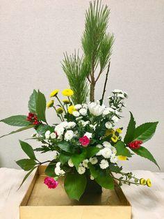 「迎春アレンジ」セールコーナのお花を使って自力で挑戦。松の葉をセンターにパラレルに立てて、左右に南天でライン構成。フォーカルは大きめの菊で。カーネーションをサブ構成に、マスの箱ウメとオアシス隠しをスプレー子菊で。 Flower Arrangements, Flowers, Plants, Floral Arrangements, Plant, Royal Icing Flowers, Flower, Florals, Floral