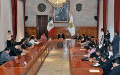 El gobernador Javier Duarte de Ochoa, se reunió con cónsules de Centroamérica y representantes de los gobiernos federal, estatal y municipal en Sala de Banderas de Palacio de Gobierno para trazar nuevas acciones en defensa y protección de los migrantes.