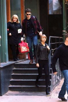 http://sophiebirkhoff.blogspot.com/2015/01/taylor-swift-going-out-with-her-family.html  Taylor Swift Going Out With Her Family In Black Jacket Look !