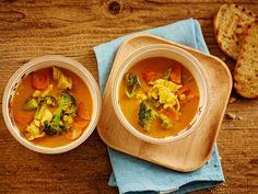 Kanakeiton voi keittää lempeään kookosmaitoon. Mausta chilitahnalla ja nauti kanan ja kasvisten mausta. Katso helppo kanakeitto-ohje!