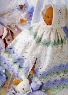 Adorable burnous ou longue cape , ornée d'une capuche , aux motifs zig-zag , trouvée dans la Galerie Picasa de & Evelyne Dubos & , avec des explications en Français et ses grilles gratuites .
