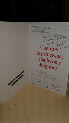 """Libro autografiado por Darío Levin. """"Cuentos de Princesas, caballeros y dragones """"."""" El escritor visito el IEA el 22 de ago. de 2012."""