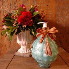 Sabonete líquido perolado Pitanga preta, um aroma frutal, feminino e delicado. Na cor turquesa, traz charme e sofisticação ao seu lavabo ou banheiro!