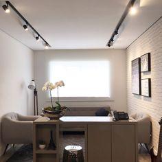 Tons neutros e muito conforto Flat Screen, Architecture Office, Neutral Tones, Creature Comforts, Houses, Living Room, Blood Plasma, Flatscreen, Dish Display