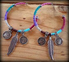 Brincos Argola Etnico Inspiração tribal com linhas coloridas, penas, moedas, em prata velho.