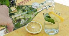 Recette: 2 litres d'eau filtrée 12 feuilles fraîches de la menthe 3 citrons du bicarbonate de soude Nettoyez les citrons en utilisant du bicarbonate de soude. Frottez-le sur l'écorce pour nettoyer toute la saleté ou autres impuretés. Faites bouillir l'eau, puis laissez-la refroidir. Ensuite, lavez bien les feuilles de la menthe, coupez les citrons en …