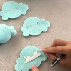 Molde Arco-íris de feltro Gab e Gabarito para olhos de nuvem Felt Crafts Patterns, Felt Crafts Diy, Baby Crafts, Crafts For Kids, Felt Toys, Felt Ornaments, Baby Decor, Felt Flowers, Baby Sewing