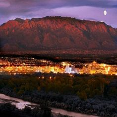 """Albuquerque is a vibrant, sprawling desert metropolis near the center of New Mexico, nestled between the Rio Grande and the Sandia Mountains. The """"Duke City"""" welcomes the traveler with… Roswell, New Mexico Style, New Mexico Homes, Breaking Bad, Rio Grande, Places To Travel, Places To See, Las Vegas, Nature"""