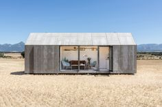 Construido por Ábaton Arquitectura en , Spain con fecha 2013. Imagenes por Juan Baraja. ÁBATON ha desarrollado la serie ÁPH80 como una vivienda ideal para 2 personas, transportable por carretera, que se pu...