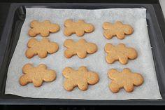 Sacar del horno las galletas de jengibre Gingerbread Cookies, Ely, Desserts, Bird, Christmas Biscuits, Wafer Cookies, Canela, Party Finger Foods, Christmas Foods