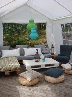 Salon de jardin réalisé en palettes sous une tonelle