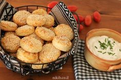 Cheesy boyikos biscuits - So addictive and delicious! Double the recipe or you'll be sorry you didn't. A great and easy recipe on Niki's site. Kids Meals, Easy Meals, Sour Cream Dip, Cheese Biscuits, No Bake Cake, Cake Recipes, Cooking Recipes, Tasty, Baking