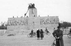 Ötvenhatosok tere (Sztálin tér), a Sztálin szobor maradványa. Hungary, Budapest, World War Two