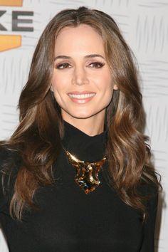 Eliza Dushkus wavy, brunette hairstyle