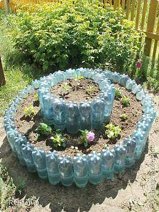 Клумбы и грядки из пластиковых бутылок