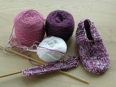 Strikkeopskrift for nem begynder hjemmesko. Ligesom dem min mormor lavede for alle i familien. Så er alle du elskers fødder varme :-) Knitting For Kids, Knitting Socks, Chrochet, Knit Crochet, Diy And Crafts, Arts And Crafts, Baby Mittens, Bindi, Drops Design