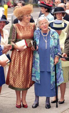 Reina  Beatrix and su madre la princesa Juliana, el dia de la ceremonia religiosa entre el principe Maurits de Orange-Nassau van Vollenhoven y Marilène van den Broek, el 30 de Mayo de 1998 en Apeldoorn
