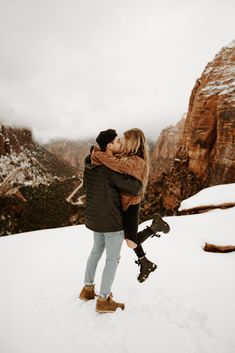 Couple Photography Poses, Winter Photography, Photography Outfits, Winter Pictures, Couple Pictures, Winter Engagement Pictures, How To Pose, Couples In Love, Couple Shoot