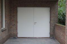 """Openslaande houten garagedeuren model """"Hilversum"""" Het aantal ingefreesde horizontale lijnen kunnen door uzelf bepaald worden.In principe zijn alle openslaande deuren getoogd te maken. Deurdikte 68mm Dark Red Meranti Links of rechts openslaand (van buiten gezien) Deuren symmetrisch of 1/3-2/3 verdeling Deuren zijn voorzien van een zeer hoogwaardige isolatiekern Rubber tochtkader in zowel de deuren als …"""