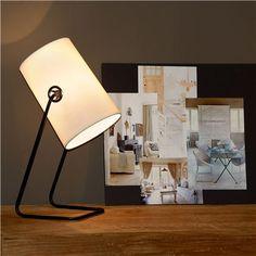 De Lucide Bost tafellamp is een schitterende lamp met een warme uitstraling! De cilindervormige kap en het smalle, metalen frame doen denken aan een studiolamp. Een echte sfeermaker voor op een dressoir of bijzettafel. Daar word je blij van!