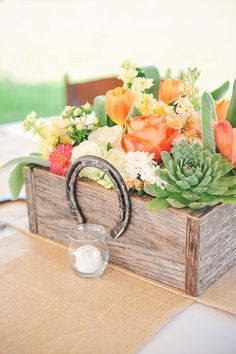Are you ready for spring? Try one of these easy rustic spring DIY projects during the weekend. Flowers and horseshoes never looked so good.