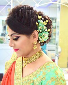 Best Indian Hairstyles Jasmine To Refresh Your Look, Indian Bridal Hairstyles, Bride Hairstyles, Hairstyles Haircuts, Down Hairstyles, Bridal Hair Buns, Bridal Makeup Looks, Pinterest Hair, Hair Videos, Flowers In Hair