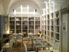 Ristrutturazione di antico convento del '300. Tema Shaggy Chic. Sala Ristorante/lettura/concerti, Brac Libreria ristorante.