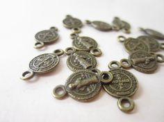 Conector doble asa de San Benito, color oro viejo, medida 1cm, paquete con 10 piezas $12, precio especial a mayoristas
