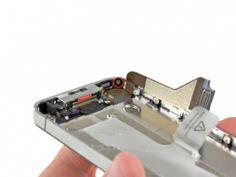 Schritt 5 - Entfernen Sie die 1,5 mm Kreuzschlitzschraube in der Nähe des Dockanschluss-Kabels.