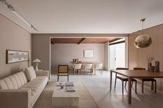 Sala minimalista tem cores neutras e peças de design Interior Architecture, Interior Design, New Years Eve Party, Dining Room, Table, Furniture, Home Decor, Tom Dixon, Type 3