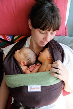 Det er jo lige til at smelte over! Jeg har båret begge mine børn i slynger og vikler. Tænk hvor fantastisk et redskab når man tvillinger!
