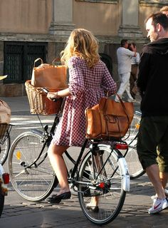 love the basket, the bag and the bike. Cycle Chic, Bicycle Women, Bicycle Girl, Women's Cycling Jersey, Cycling Jerseys, Female Cyclist, Look Girl, Retro Stil, Bike Style
