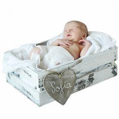 Cajon de juguetes o atrezzo para fotos bebe. Cajón o caja blanca de madera decapada ideal para sacar fotos a bebes recién nacidos o para guardar los juguetes del bebe. Puedes utilizarlo a modo de cuna para sacar fotos. 24.00 €