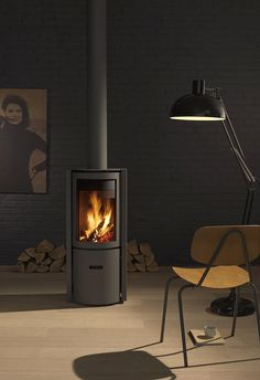 TREND: Pellet stove vs. wood burner | 30-Compact One wood burner, Stuv Wood burner It has a soft bright flame, it's not powered by electricity and it's cheaper to run than pellet stoves (but it also produces less heat) Pellet stove Pellet stoves can be automatically loaded, you can preset when it turns on and off and set your ideal temperature. You do not need a large flue and it's easier to set up, it even fits in the smallest of spaces. |
