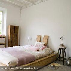 Rustikal und natürlich schlafen? Mit einem selbst gebauten Holzpodest und einer Matratze ist im Nu ein komfortables Bett zum Entspannen hergerichtet. #Schlafzimmer #DIY Mehr Infos auf roomido.com