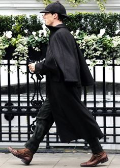 """thetimemoves:"""" jobooksncoffee:"""" benedictdaily:""""Benedict Cumberbatch sighted filming 'Sherlock: The Abominable Bride' on February 2015 in London, England. [UHQ]""""Precioso ❤️""""This outfit is one of my most favorites of his in the show. Sherlock Holmes Bbc, Sherlock John, Sherlock Cast, Watson Sherlock, Jim Moriarty, Sherlock Quotes, Martin Freeman, Sherlock Outfit, The Blue Carbuncle"""