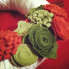 Felt flowers on yard wrapped pool noodle. The Pickled Poppy: Holiday Yarn Wreath DIY {Day 6}