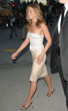 "Jennifer Aniston Photos Photos - Actress Jennifer Aniston arrives to Universal Pictures world premiere of the film 'The Break-Up' at the Mann Village Theatre on May 22, 2006 in Westwood, California. - Universal Pictures Premiere Of ""The Break Up"" - Arrivals"
