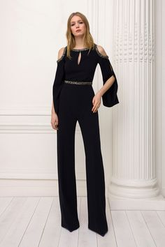 The complete Jenny Packham Pre-Fall 2018 fashion show now on Vogue Runway. Kids Fashion Show, Kids Winter Fashion, Autumn Fashion 2018, Fashion Week Paris, Fashion Show Collection, Jenny Packham, Vogue Fashion, Runway Fashion, Girl Fashion