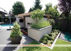 Tuin met zwembad, ontwerp & aanleg door Van Sleeuwen Hoveniers - Veghel. Meer tuinen met zwembaden treft u op www.vansleeuwenhoveniers.nl.