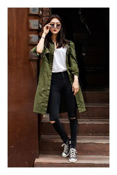 279b6b6384a Cómo combinar el color verde militar  TiZKKAmoda  abrigo  verde  Tshirt   pantalón