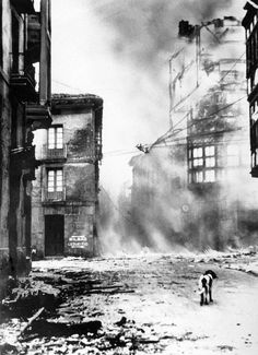 """Guernica bombardée"" (1937), anonyme. WEBQUEST BOMBARDEO DE GERNIKA http://www.museodelapaz.org/webquest/evaluacion.swf"